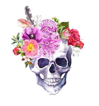 Crâne humain avec des fleurs, un décor ornemental et des plumes dans un style boho vintage. aquarelle