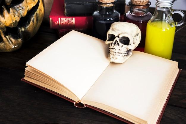 Crâne ouvert livre vide