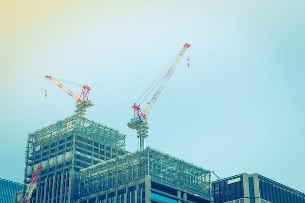 Crane et le site de construction de bâtiments (image filtrée traitée