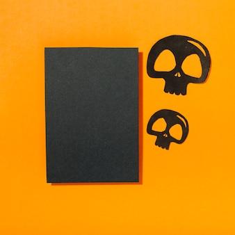 Crânes noirs posés près de la feuille blanche