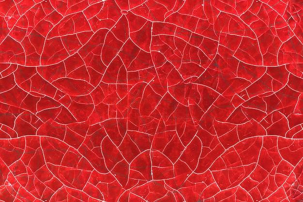 Craquage de peinture rouge de la vieillesse sur une surface en bois.