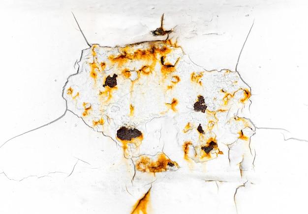 Craquelé et écaillage de la peinture de couleur blanche sur de l'acier à texture et fond rouillés