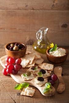 Craquelins aux raisins d'olives au fromage à pâte molle. apéritif sain