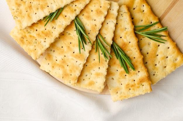 Craquelins sans gluten au romarin sur blanc