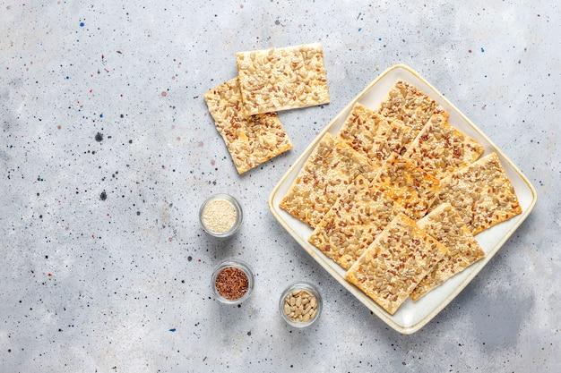 Craquelins sans gluten frais et sains avec graines.