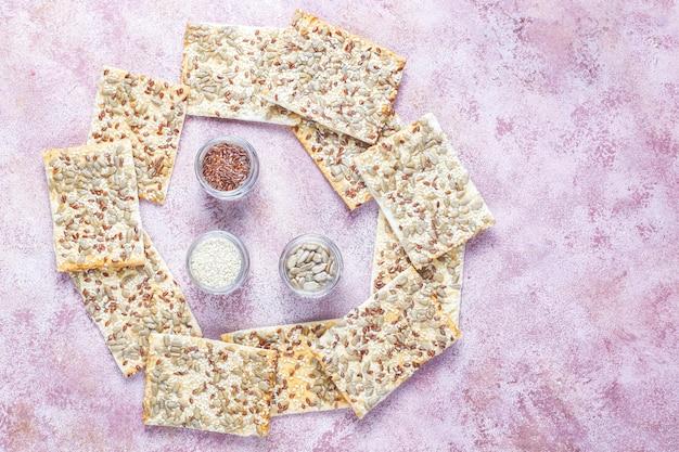 Craquelins sans gluten frais et sains avec des graines.