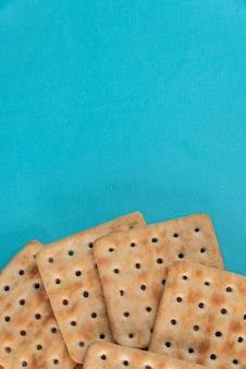 Craquelins de sel sur le fond bleu