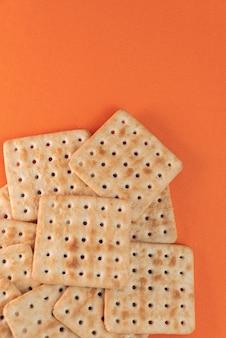 Craquelins de sel sur le fond orange