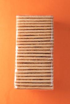 Craquelins de sel sur la table orange