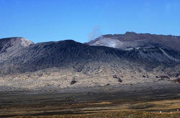 Cratère du mont bromo avec un fond bleu