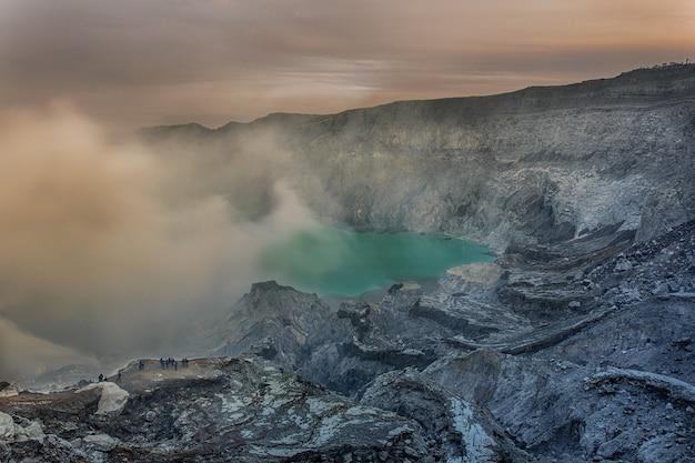 Cratère du volcan ijen. java. indonésie.