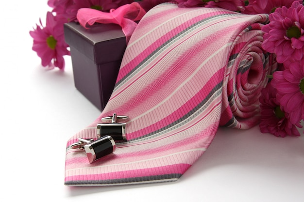 Cravate et boutons de manchette avec des fleurs sur blanc
