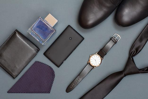 Cravate, chaussures pour hommes, montre avec bracelet, téléphone portable, mouchoir, sac à main en cuir et eau de cologne.