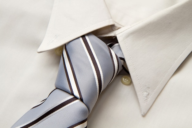 Cravate sur la chemise