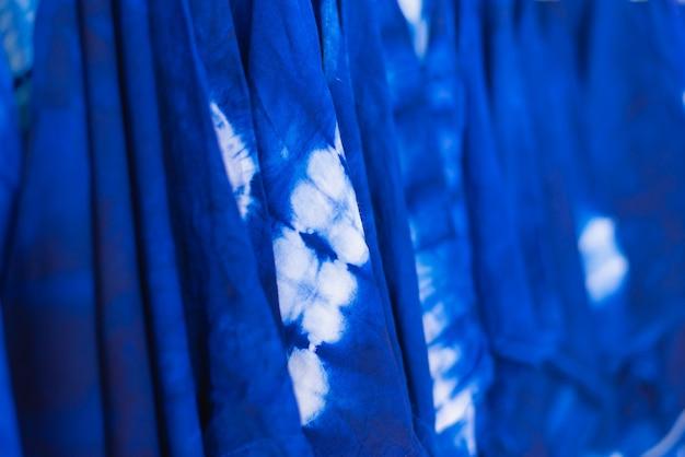 Cravate colorée en tissu teint