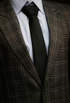 Cravate avec costume