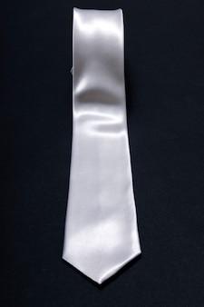 Cravate homme roulé blanc sur fond noir