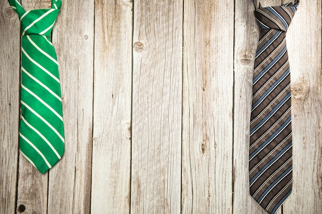 Cravate verte et marron colorée sur la texture de fond en bois conception de la fête des pères de la fête nationale des hommes avec ...