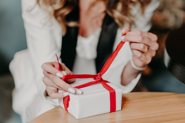 Cravates femme présente avec ruban rouge