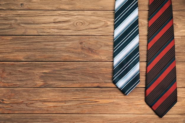 Cravates à rayures à bord