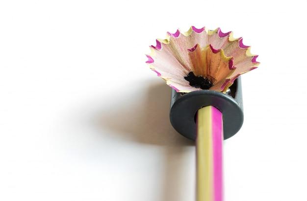 Crayon à aiguiser les copeaux sur fond blanc