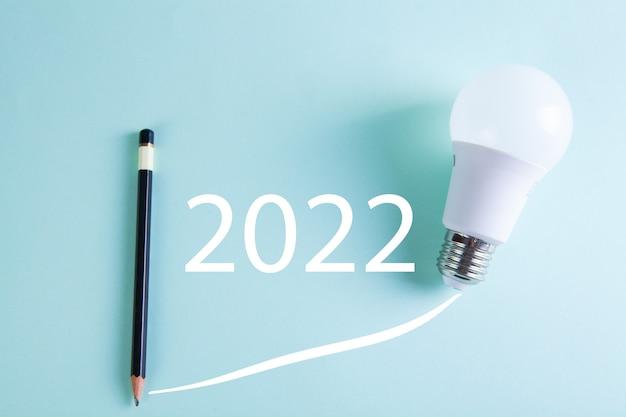 Crayon et ampoule sur la table. calendrier de croissance 2022
