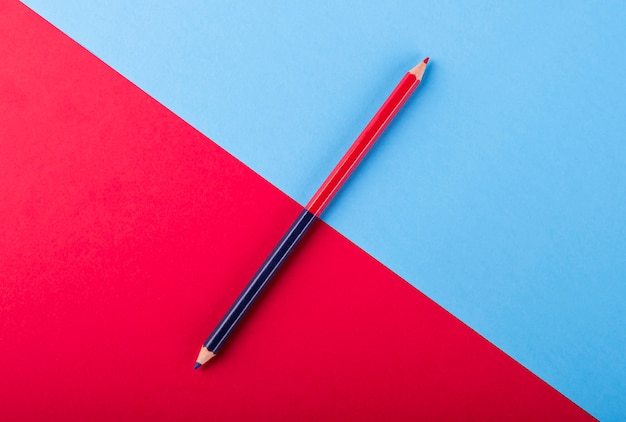 Crayon bicolore bleu et rouge sur des cartes de couleur