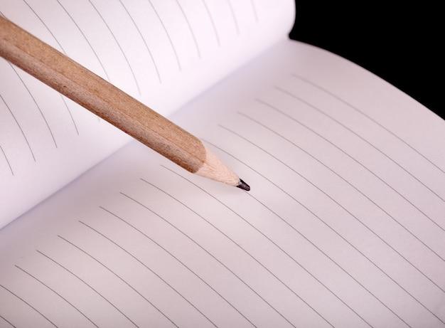 Crayon et bloc-notes en bois simples