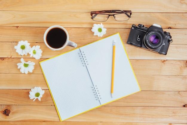Sur crayon en bois, café et fleurs.