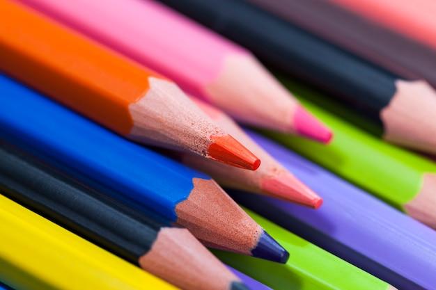 Crayon en bois de couleur ordinaire avec une mine douce de différentes couleurs pour le dessin et la créativité