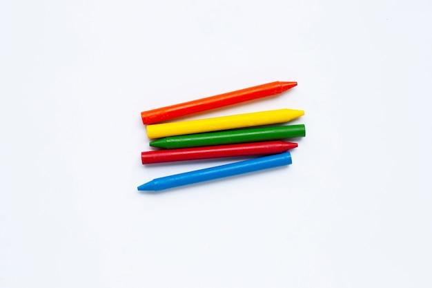 Crayon coloré sur blanc