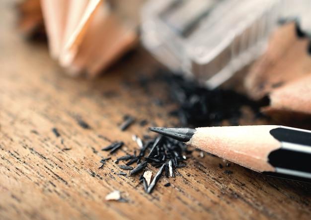 Crayon avec copeaux aiguisés, sur table en bois ..
