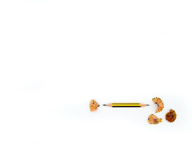 Un crayon et des copeaux de crayon isolated on white