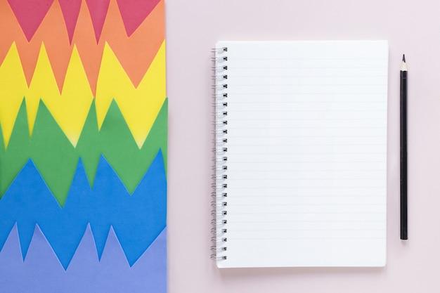 Crayon à côté du cahier