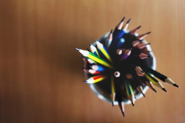 Crayon de couleur aiguisé concept de papeterie