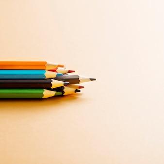 Crayon de couleur coloré sur fond beige