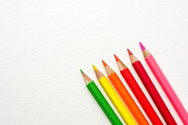 Crayon de couleur sur les dessins de papier blanc.