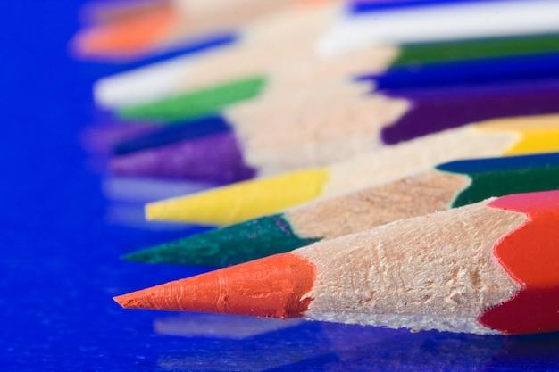 Crayon de couleur sur fond bleu