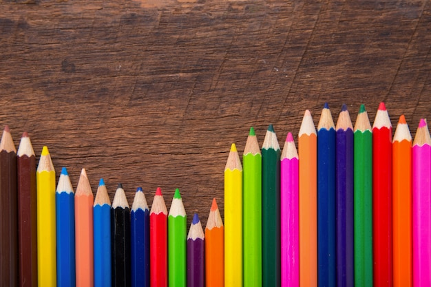 Crayon de couleur sur fond en bois. crayons de couleur. crayons de couleur