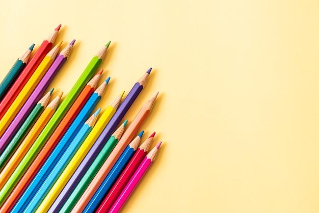 Crayon de couleur sur fond jaune avec espace copie
