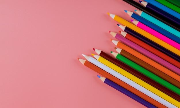 Crayon de couleur sur fond rose. retour à l'école
