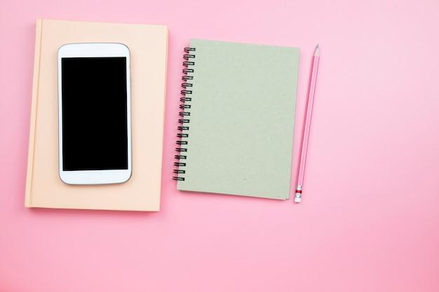Crayon de couverture pour téléphone portable sur fond rose