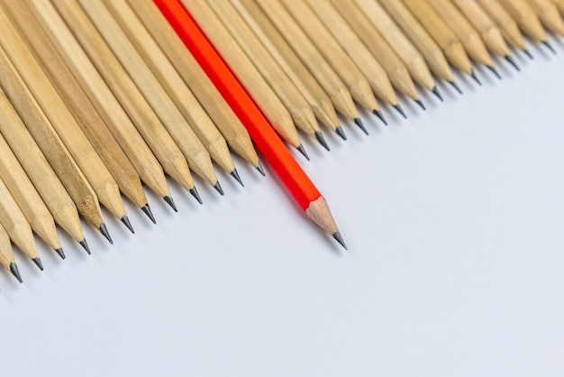 Un crayon différent des autres montrant un concept d'entreprise unique différent de la foule et spécial avec des compétences en leadership.