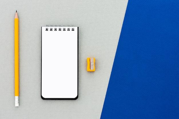 Crayon de l'espace avec fond de carnet de notes