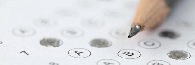 Un crayon est placé sur les résultats du test réussi lors de l'admission dans un établissement d'enseignement
