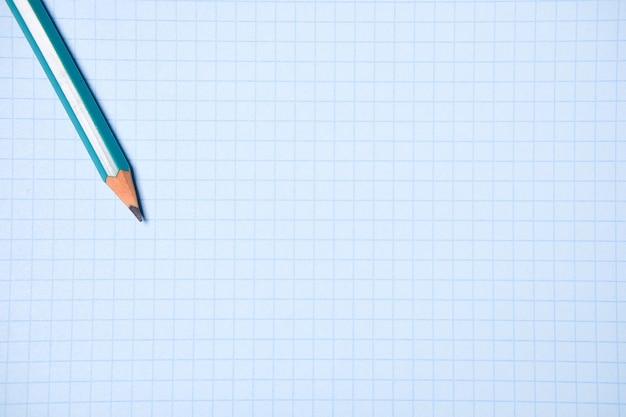 Crayon sur une feuille de papier blanc vierge. le concept de l'éducation, des affaires, de l'entrepreneuriat.