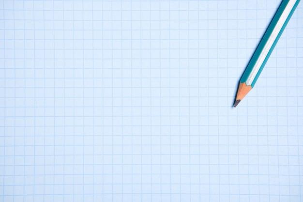 Crayon sur une feuille de papier blanche et propre