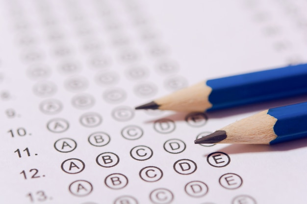 Crayon sur les feuilles de réponses ou formulaire de test standardisé avec réponses bouillonnantes