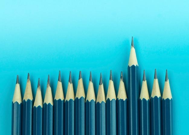 Crayon sur fond bleu, concept comme concept spécial et différent
