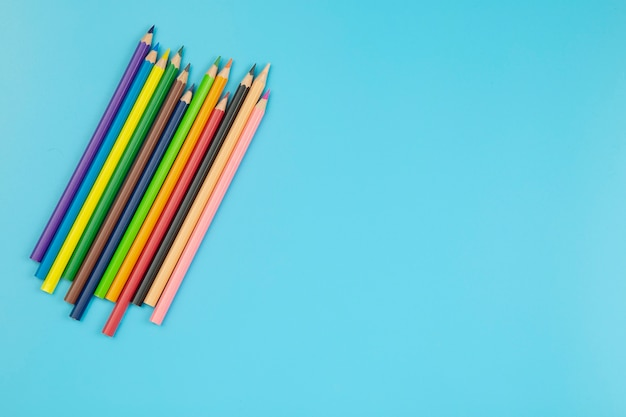 Crayon sur fond bleu style pastel